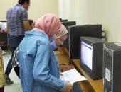 صور.. إقبال ملحوظ لطلاب المرحلة الأولى لتسجيل الرغبات في معامل آداب عين شمس