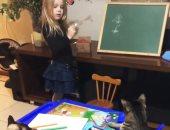 لعب وتلوين ودروس.. طفلة تعلم القطط الرسم خلال العزل المنزلى.. فيديو