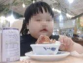 انتقادات لأبوين بسبب إجبار طفلتهما على التهام الطعام لكسب المال.. فيديو