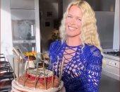 كلوديا شيفر تحتفل بعيد ميلادها الخمسين بفستان شبكى أزرق وقصة شعر ويفى..فيديو