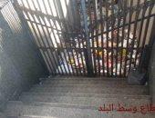استجابة لسيبها علينا.. الرصد البيئى ترفع القمامة من سلم نفق محطة رمل الاسكندرية
