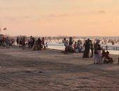 العشرات يسبحون بشاطئ رأس البر رغم قرار غلق الشواطئ.. صور