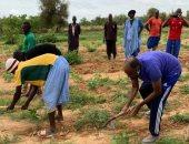 صورة لوزير عربي يحمل الفأس ويحرث الأرض مع المزارعين تثير الجدل