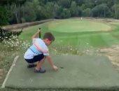 طفل عمره 4 سنوات يلعب الجولف بمهارة ويدخل الكرة فى الحفرة من أول مرة.. فيديو