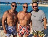 3 نجوم فى صورة.. شريف منير مع السقا ورزق خلال قضاء إجازتهم الصيفية
