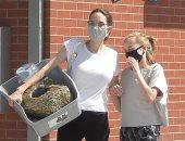 أنجلينا جولى وابنتها فيفيان بالكمامات فى رحلة تسوق لمتجر الحيوانات الأليفة