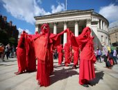 وقفات احتجاجية من نشطاء المناخ فى بريطانيا بأقنعة الزومبى والملابس الحمراء..ألبوم صور