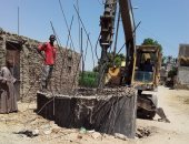صور.. رئيس مدينة البياضية بالأقصر يتابع توصيل الصرف للمنازل بقرية الحبيل