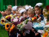 الدراسة بالبلالين.. بوكيهات الورد وبلالين في استقبال تلاميذ روسيا