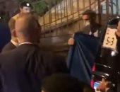 فيروز تهدى لوحة فنية للرئيس الفرنسي ماكرون بعد زيارته لها في منزلها.. فيديو