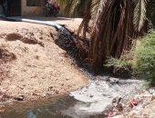 سيبها علينا.. قارئ يشكو انتشار مياه الصرف وسط الكتلة السكنية بالقلعية فى قنا