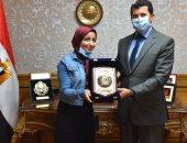 وزير الشباب يكرم الطالبة نورهان عبد الحميد العاملة بشركة نظافة لتفوقها بالثانوية الأزهرية