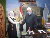 وكيل أوقاف الإسكندرية يستقبل الطالبة بائعة الأحذية بعد التحاقها بكلية الطب