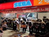 موظفو Sega ينحنون لتوديع محبيهم بعد إعلان غلق أشهر متجر للشركة بطوكيو.. صور