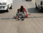 محافظ الدقهلية يخصص مساعدة مالية وعملا لسيدة تفترش الأرض مع طفلين في الشارع