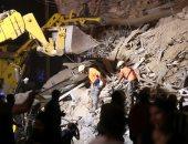 صور.. عمال إنقاذ يبحثون عن الناجين تحت الأنقاض في بيروت لليوم الثاني