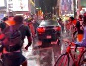 سيارة تدهس حشدا من المتظاهرين المناهضين للعنصرية وسط نيويورك.. فيديو