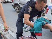 امرأة أوكرانية تضع طفلها فى حقيبة يدها والشرطة توقفها.. صور