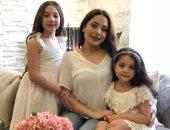"""ابنة هيفاء وهبى وحفيدتها يغنيان ويرقصان على أغنية """"بالبنط العريض"""".. فيديو"""