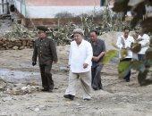 """صور.. زعيم كوريا الشمالية يتفقد المناطق التي أصابها إعصار """"ميساك"""""""