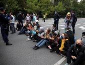 صور.. نشطاء حماية المناخ يعرقلون حركة المرور فى وارسو