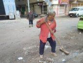 حملة نظافة لرفع تراكمات القمامة وإصلاح أعمدة الإنارة بشوارع المحلة.. صور