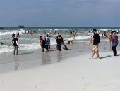 فيديو.. توافد المواطنين على شاطئ النخيل رغم غرق 3 أشخاص