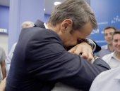 رئيس وزراء اليونان يودع نجله بالأحضان والدموع قبل التحاقه بالخدمة العسكرية