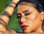رانيا يوسف تتحدى بصور قديمة فى حمام السباحة.. عيون جارحة