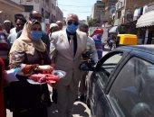 رئيس مدينة بلبيس يوزع ورد وشكولاته على الأهالى بمناسبة العيد القومى للشرقية