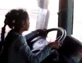 الأب بجوارها.. تداول فيديوهات جديدة لطفلة تقود نقل ثقيل
