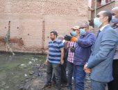 نائب محافظ سوهاج يتفقد منازل متضررة بسبب تسريب مياه بجزيرة شندويل.. صور