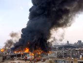 تصاعد سحب الدخان من بقايا حريق يوم الخميس فى ميناء بيروت وانتشار رجال الاطفاء