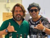 رونالدينيو يروج للخمور بعد الافراج عنه في باراجواي.. صورة