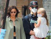 برادلي كوبر وايرينا شايك يتجولان فى شوارع نيويورك بصحبة ابنتهما رغم الانفصال..صور