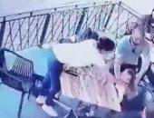 مجهول يحاول خطف طفلة من والدتها فى مطعم بفلوريدا.. فيديو