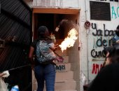 صور.. ناشطات مكسيكيات يتظاهرن بسبب العنف ضد المرأة ويضرمن النار فى مبنى