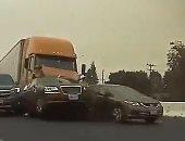 شاحنه تصدم 11 سيارة على طريق سريع بأمريكا.. شاهد فيديو الحادث المروع