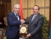 نائب رئيس جامعة طنطا يكرم الدكتور مجدى سبع لبلوغه السن القانونية
