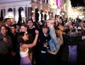 ودن من طين وأخرى من عجين.. البريطانيون يتجاهلون كورونا ويرقصون فى الشوارع.. ألبوم صور