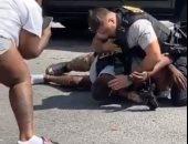 الشرطة الأمريكية تعتدى على شاب أسمر بجورجيا وسط صرخات طفله بالشارع.. فيديو وصور