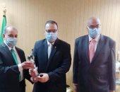 الهيئة العامة للتأمين الصحى تُهدى درع لمحافظ الشرقية لدعمه منظومة التأمين