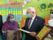 فيديو وصور.. نائب وزير التعليم يكرم سيدة القطار أمام زملائها بالمدرسة