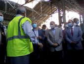 فيديو.. وزير النقل يعد عمال ورش السكة الحديد فى المنيا بصرف منحة المدارس
