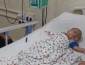 مأساة طفل من الغربية مصاب بثقبين فى القلب ويحتاج إلى جراحة.. صور