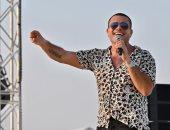 """""""بنسى الدنيا وبجري عليك"""" اعرف كلمات أغنية عمرو دياب الجديدة """"الجو جميل"""".. فيديو"""