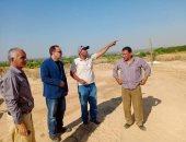 رئيس مدينة ملوى بالمنيا يتفقد موقع محطة معالجة على مساحة 16 فدانا.. صور