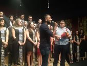 """محمد الشرنوبي يغني أغنية فيلم """"الممر"""" في عرض  سينما مصر.. والجمهور تصفيق حار"""
