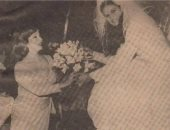 شادية فى صورة نادرة تهدى باقة زهور للنجمة يسرا خلال حفل زفافها