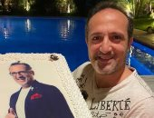 """شريف مدكور يحتفل بعيد ميلاده الـ48 بصورته على """"تورتة"""""""